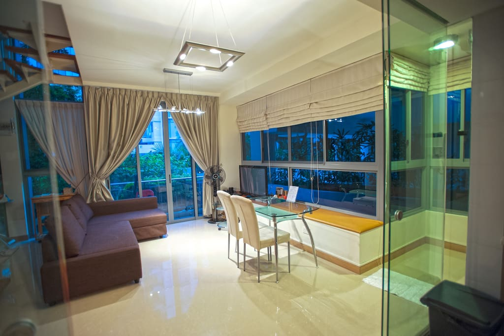 This is the living room on the ground floor.   位于底层的客厅。 位於底層的客廳。