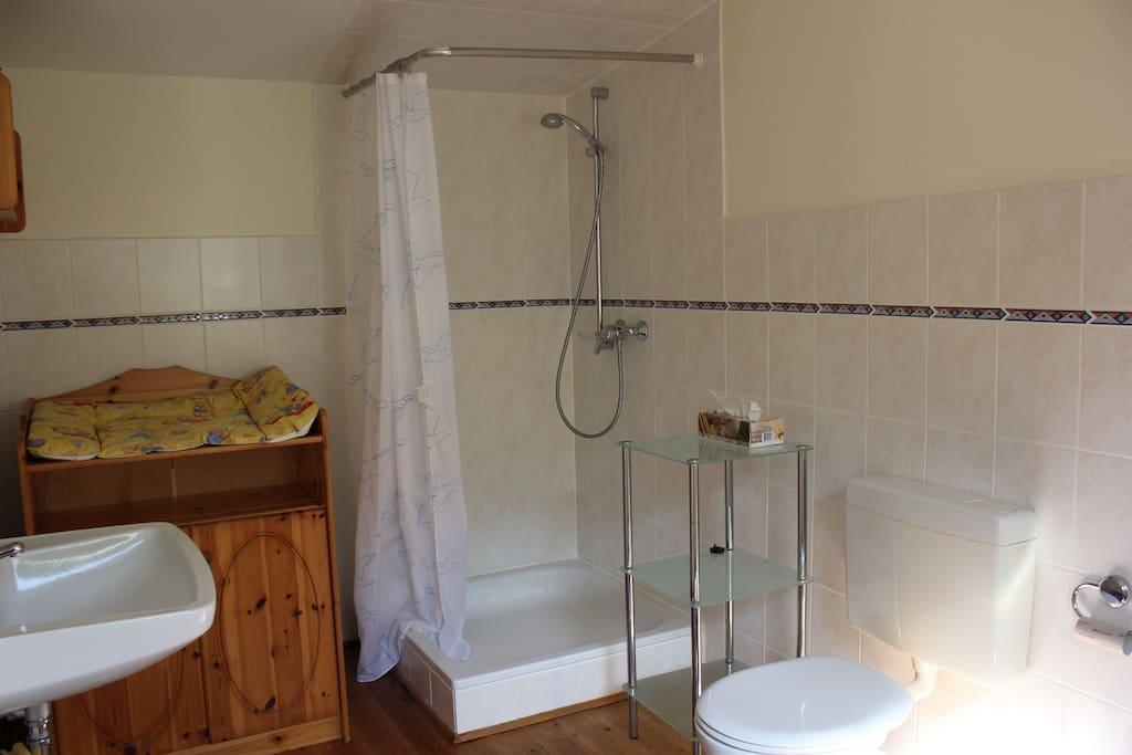 Geräumiges Duschbad mit Wickelauflage