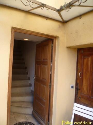 entrée immeuble, appartement au 2ème étage
