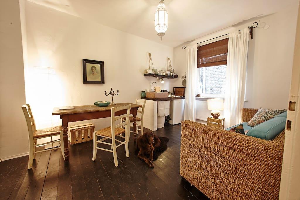 EG Khussa, Wohnzimmer mit Kochecke und Schlafcouch