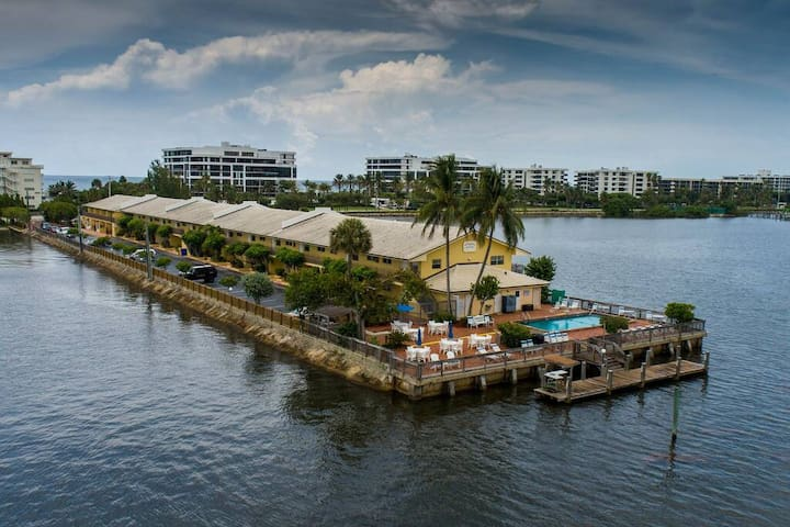 1 BR Waterfront! Palm Beach Condo - Stunning View!