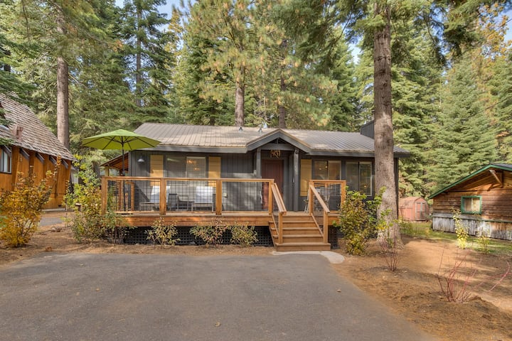 The Antler House - Luxury 2 BR Cabin, walk to Lake