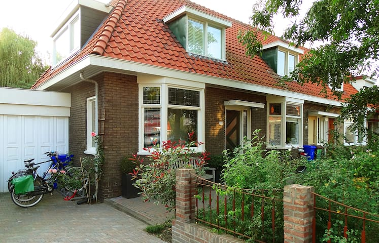 Large family home with sunny garden!(Free parking)