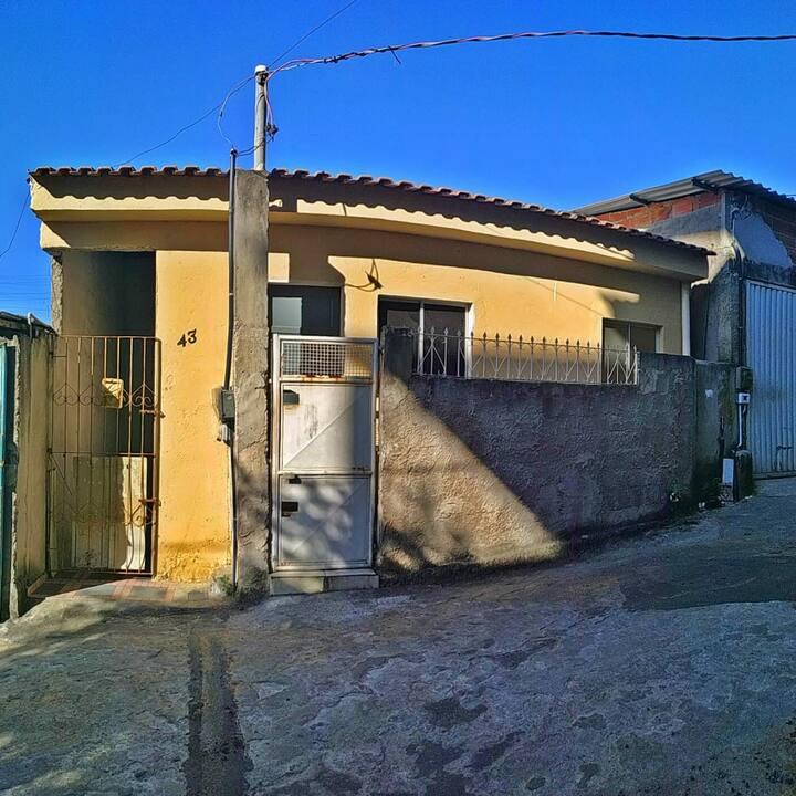 Casa em bairro tranquilo e discreto. Rua sem saída