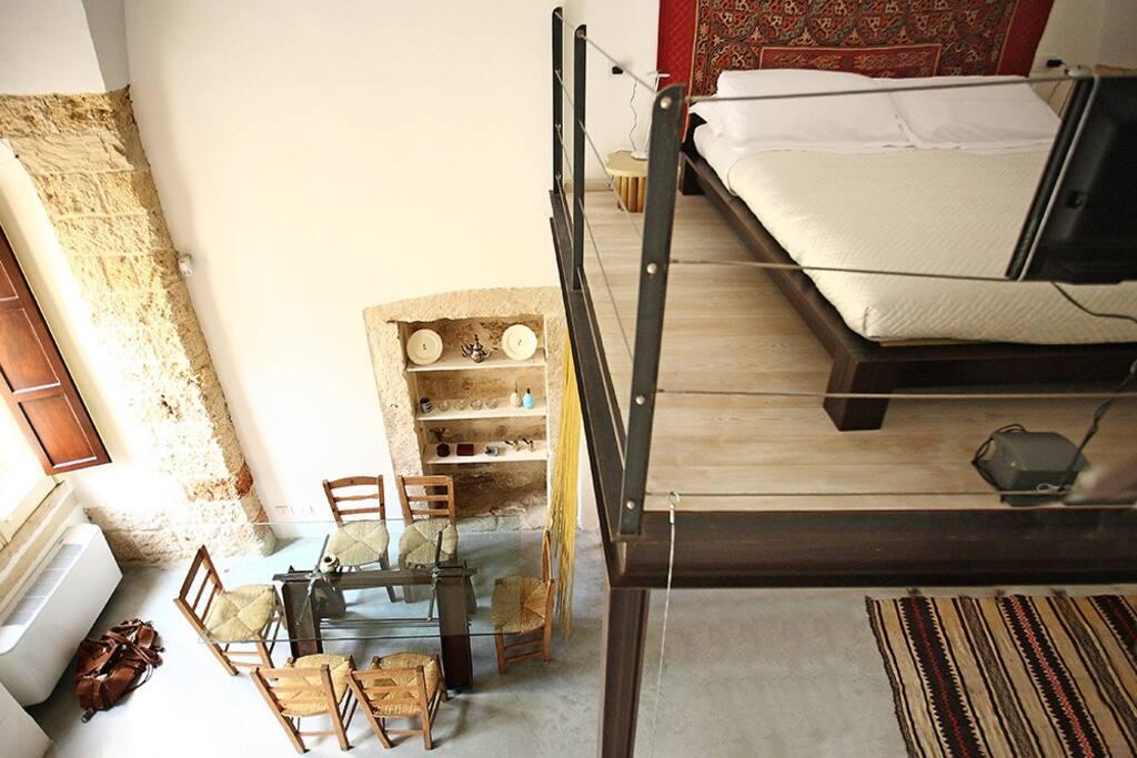 camera matrimoniale con letto futon sul soppalco