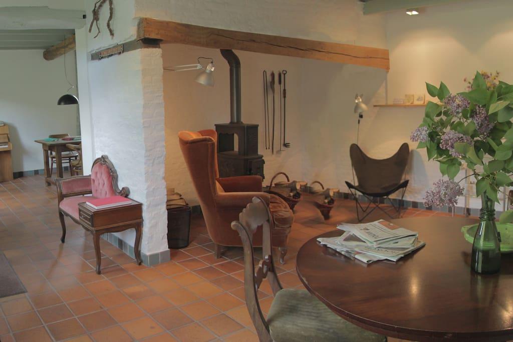 zitkamer met houtkachel