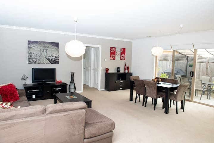 Comfy 2 Bedroom Unit -Great Ocean Rest in Belmont - Belmont - Apartmen