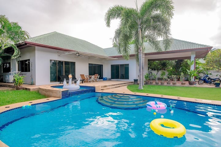 3 Bed Villa with large swimming pool & pool table.