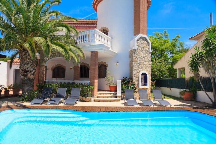 UHC VILLA NOGUERA with Private Pool. Air Con. Near Playa Cristal.