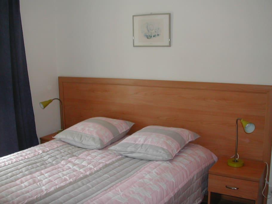chambre à lit double avec télé