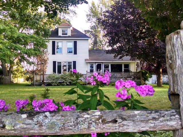 Country Retreat at Jensen Farmhouse - Boyne City - Bed & Breakfast