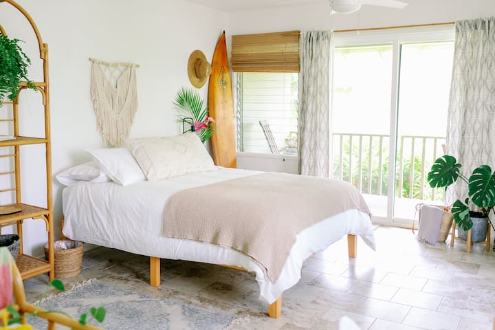 Ocean View Studio, Steps from the beach!