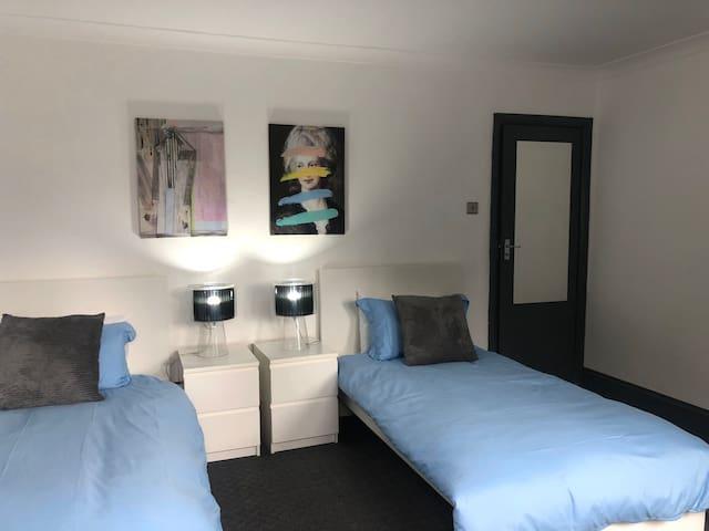 Heathrow / Hatton Cross large Room 2 single beds