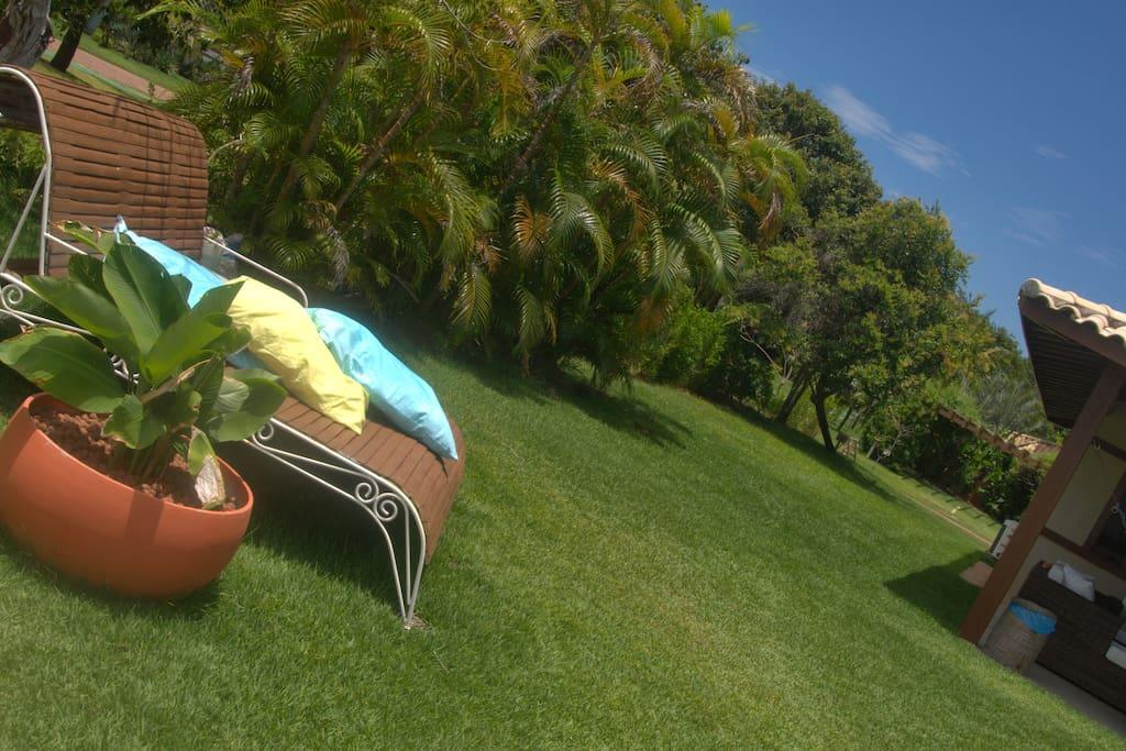 Ficar de preguiça chaise, sozinho ou bem acompanhado, cercado de verde, ouvindo o canto dos pássaros