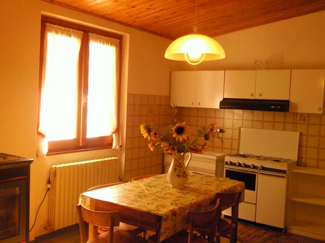 One bedroom independent apartment - Teglio - Huis