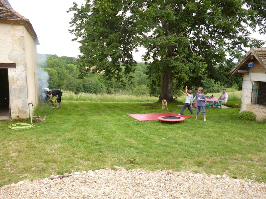 bbq and shaded terrace under the tree... (dog, children and friends recommended)
