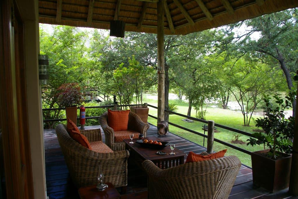 lounge-set op de overdekte veranda