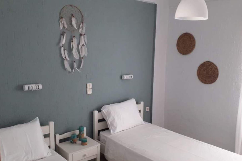 Cozi beautifull bedroom with 2 single beds.
