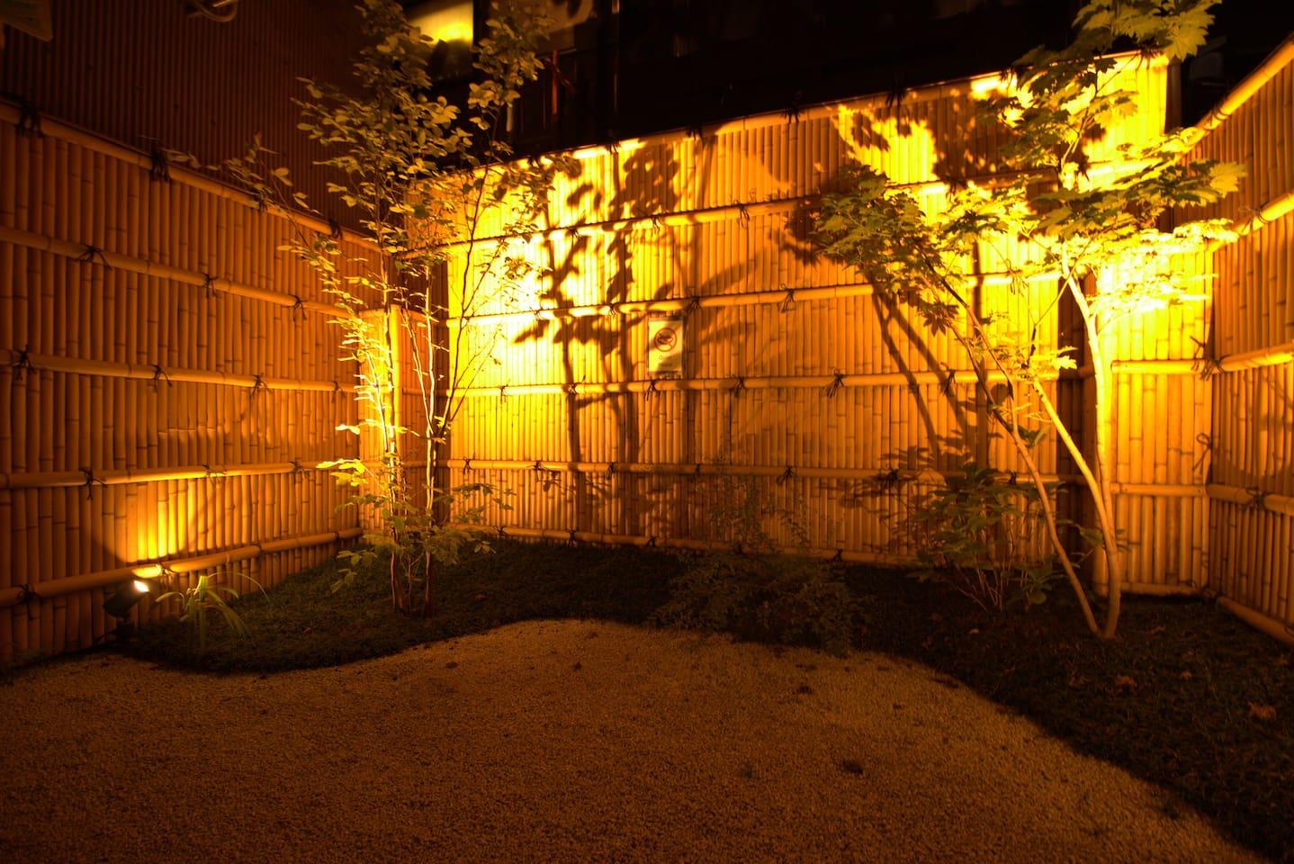 The garden is light up at night 夜には庭がライトアップされます