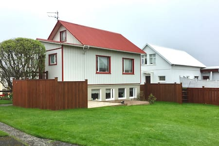 A Cozy Home in Vestmannaeyjar Center - 8 pers.