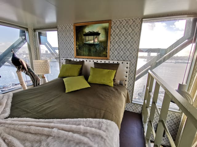 1. Luxury Suite in a Crane! Private with 360view