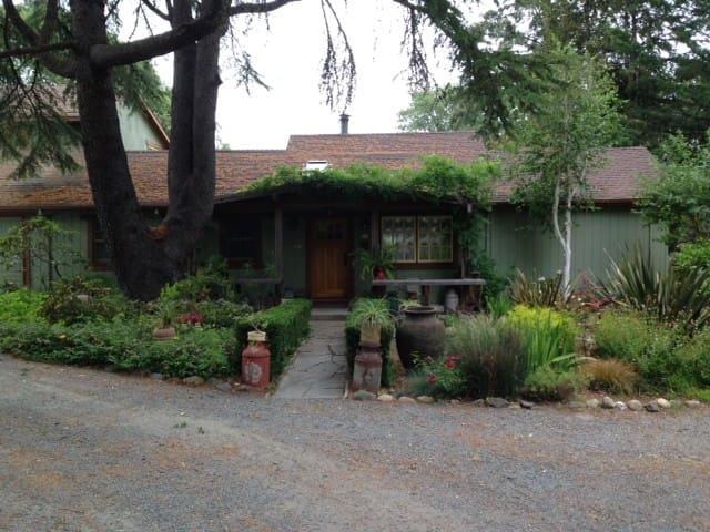 Quiet Wine Country Garden Getaway - Forestville - Huis