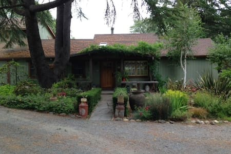 Quiet Wine Country Garden Getaway - Forestville