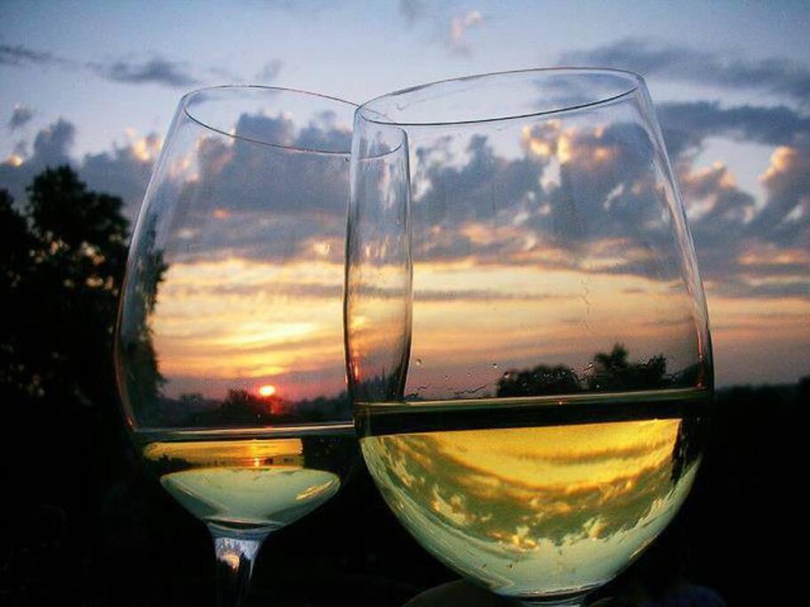 un buon bicchiere di vino al tramonto.
