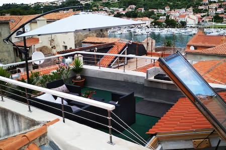 OLD TOWN HOUSE with Rooftop Terrace port&town view
