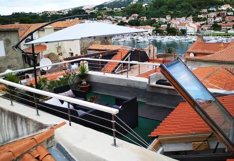 Çatı Terası liman ve kasaba manzaralı ESKİ KASABA EVİ
