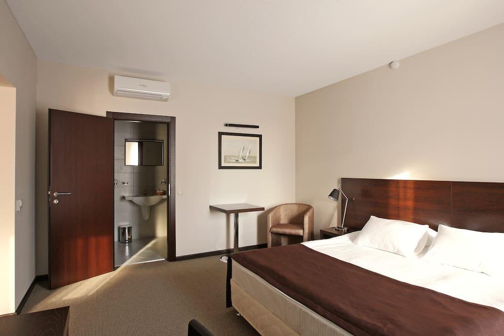 Номер оборудованный двуспальной кроватью 1800*2000