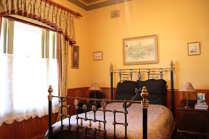 Quiet, Luxurious, en-suite Victorian bedroom.