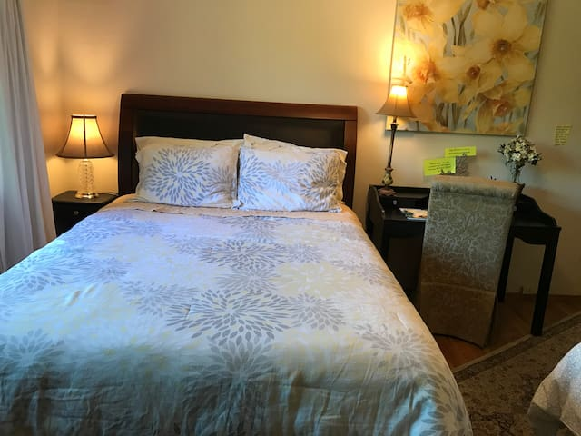 Quiet and Spacious Bedroom in Los Altos - two beds