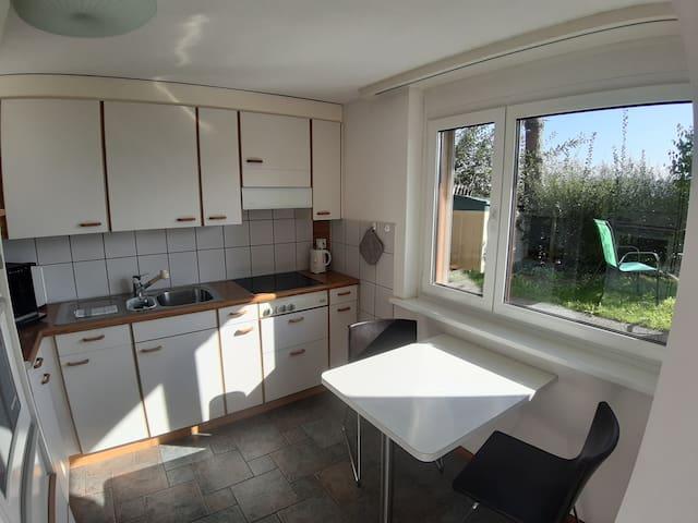 Die Küche ist gut ausgestattet und geräumig.