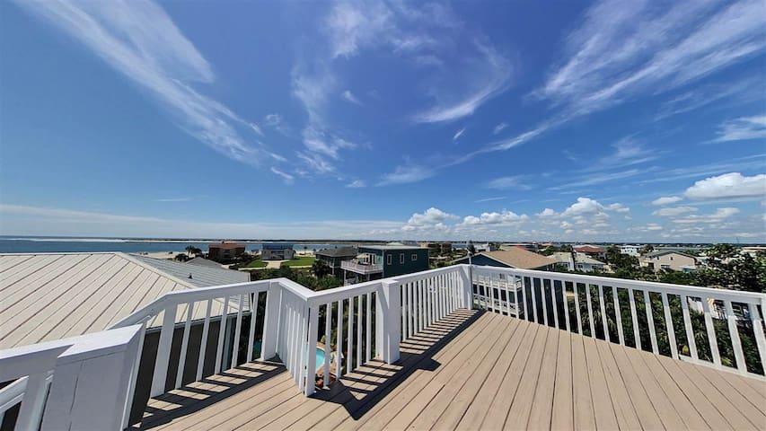 The Sand Castle Beach House! Rooftop Deck Hot Tub