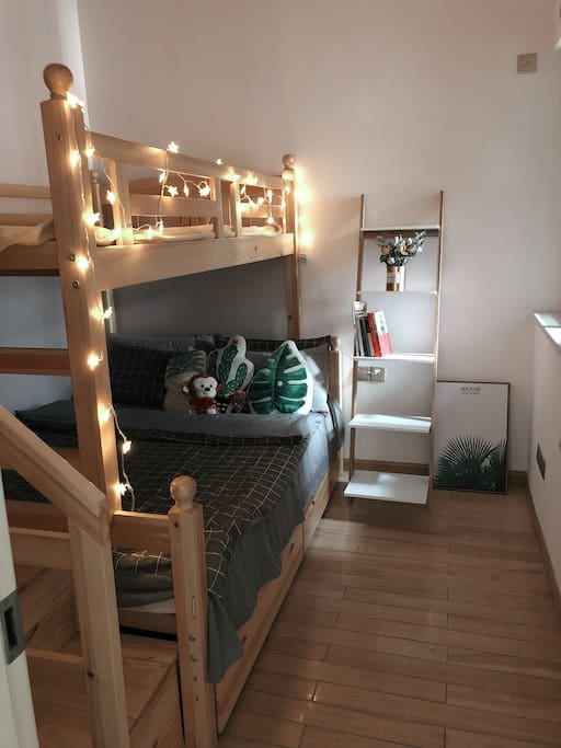 客房为上下铺,下床1米5,上铺1米3