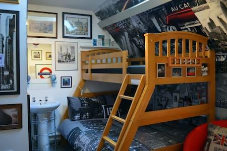 The St Davids room at The Old School Hostel - Trefin - Bed & Breakfast