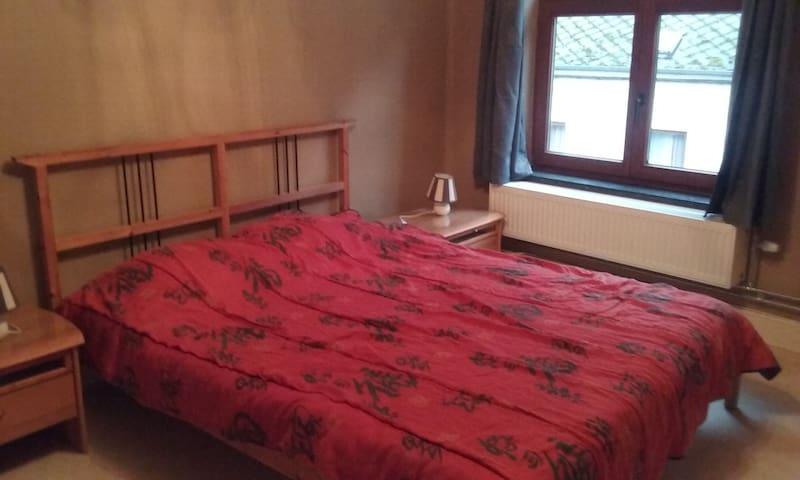 Chambre privée numéro 2 près de la Meuse - Dinant - House