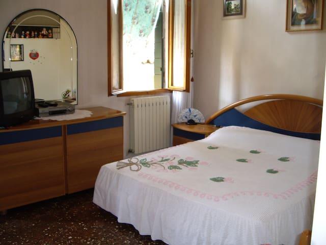 Lovely friendly Linda room