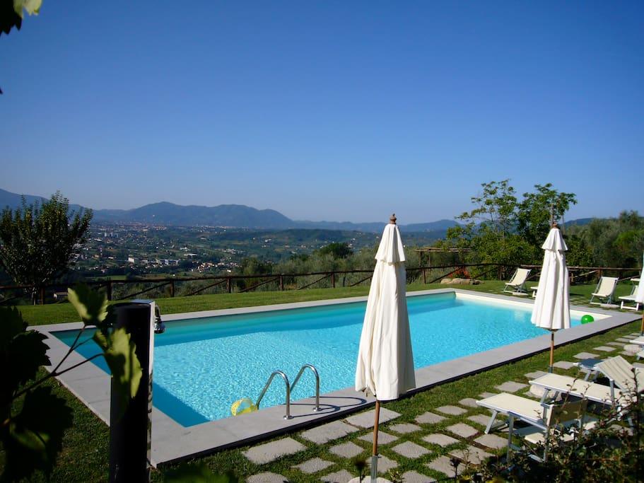 Piscina al sale in posizione soleggiata e panoramica: Lucca ai vostri piedi.