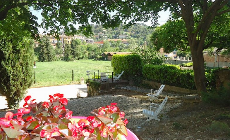 """Saignon"": Large studio (40m2) in  Lubéron area."
