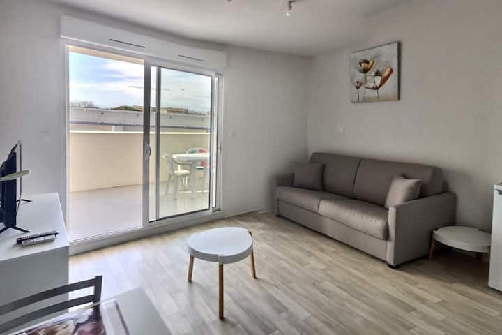Spacious studio for 2 people in a secure residence with heated swimming pool and large terrace. B302