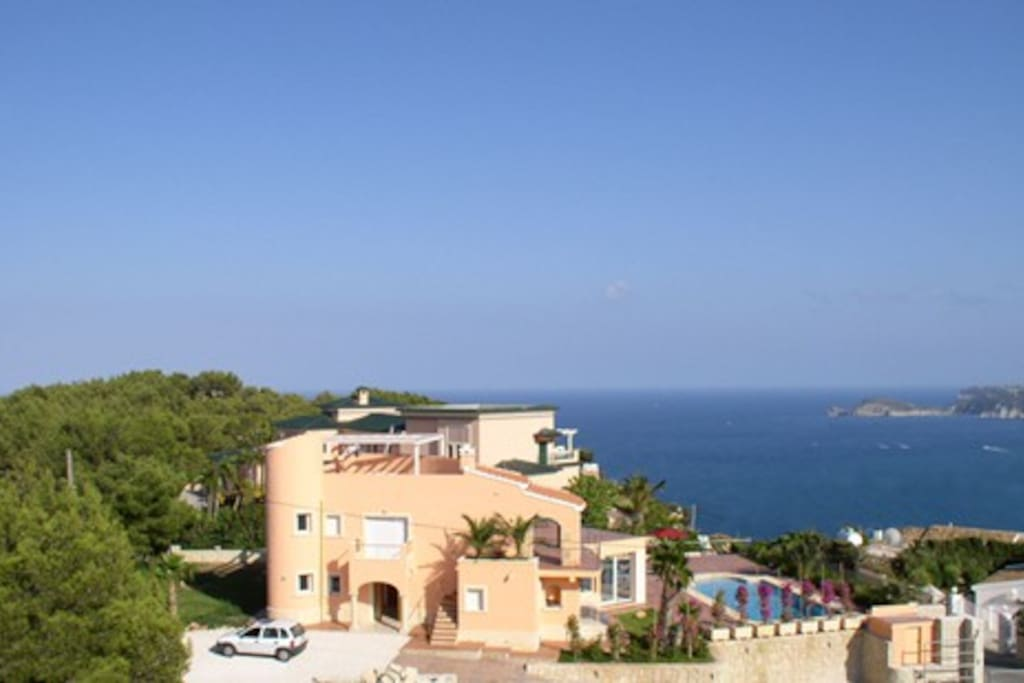 South-facing; private. Bordering on the Montgó Nature Park, Spectacular sea-view.