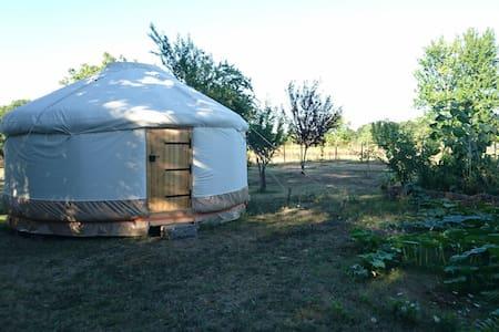 Yourte contemporaine au coeur d'un jardin potager - Grézac - Yurt