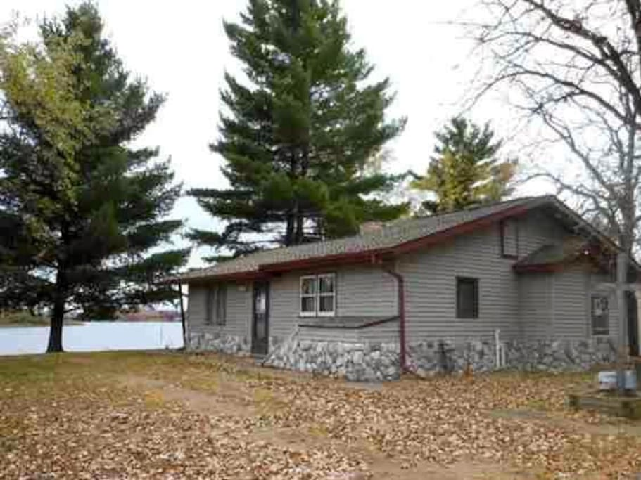 Cozy 2 bedroom, 1 bathroom cottage just steps away from Pelican Lake.