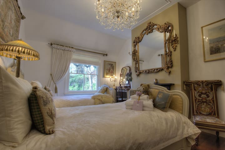 Bedroom 2 - Superb French-inspired twin room
