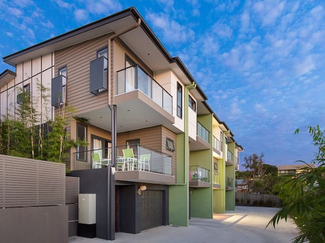 Townhouse in Annerley.  5km to CBD! Near shop, bus