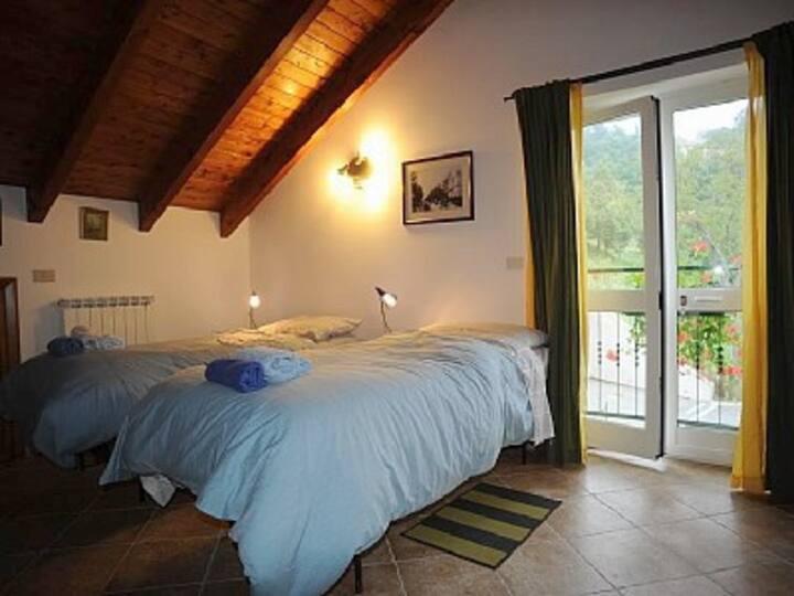 25m2 Twin bed bedroom. Nr Savona