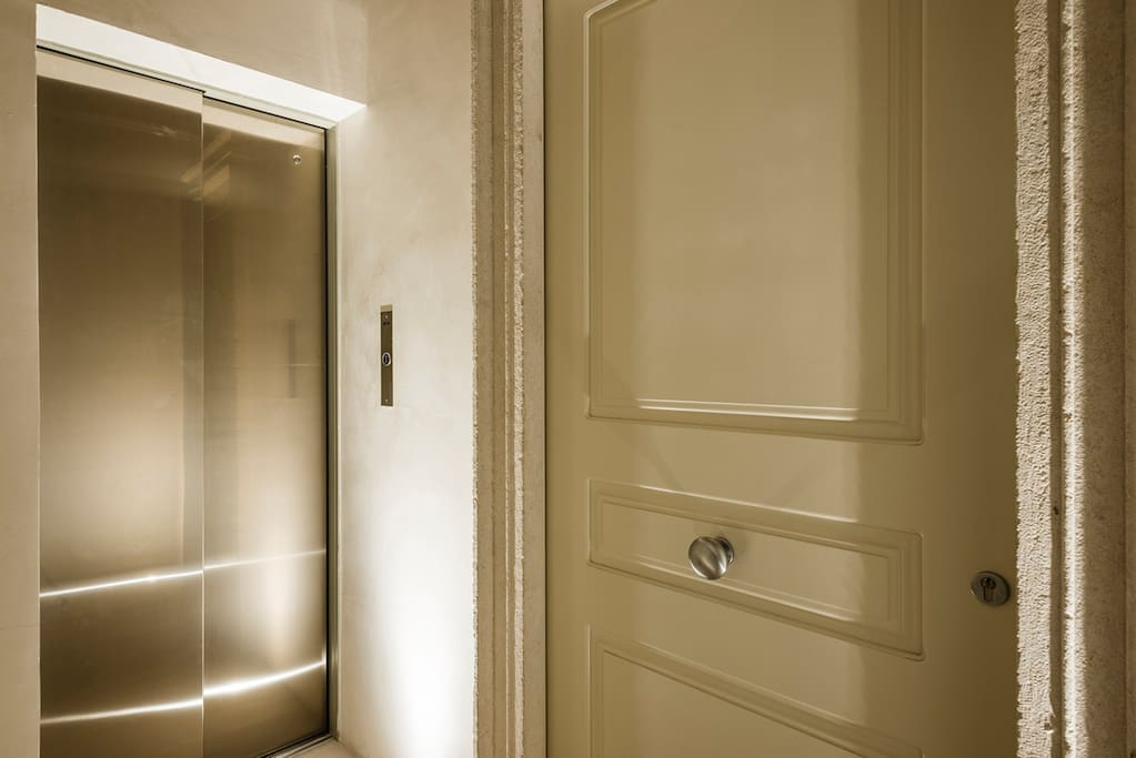 L'ascensore accanto all'entrata