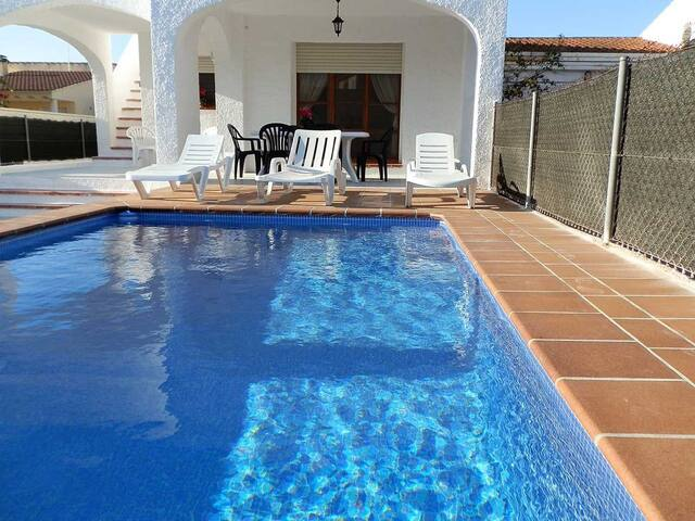 CASA DOFI, Ideal house for your holidays near the sea, free wifi, air conditioning, private pool, pets allowed, dog's beach.